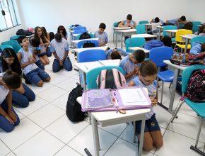 Ao ouvir os fogos os alunos param suas atividades para orar.