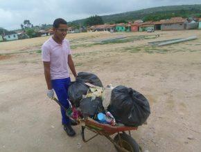 Voluntários recolheram lixo do bairro e fizeram limpeza de terrenos.