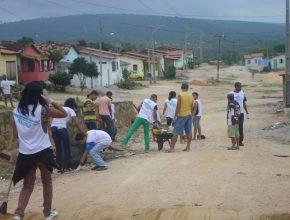 O trabalho chamou a atenção de moradores, que elogiaram a iniciativa.
