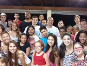 Cerca de 25 jovens participam do grupo de estudo.