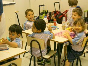 Alunos da Educação Infantil do CAJE durante lanche com opções mais saudáveis.