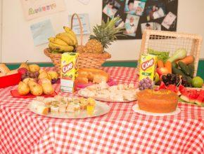 """Mesa de frutas montada em uma das salas durante dia """"D"""" do projeto."""