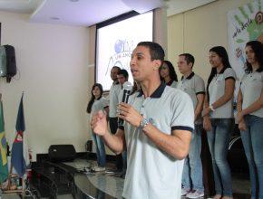 """Pastor Leonardo Raimundo  com os jovens do projeto """"Um Ano em Missão""""."""