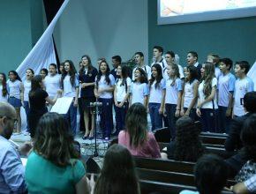 Alunos cantam durante o culto de ações de graça, realizado na última sexta-feira (13).