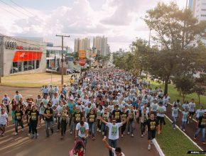 2.500 jovens sul-mato-grossenses se unem em passeata durante o Dia Mundial do Jovem Adventista e caminham pela principal avenida de Campo Grande.