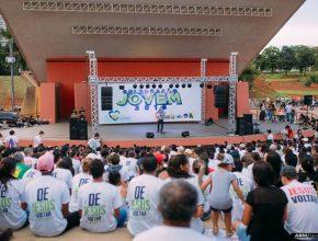 Culto de pôr-do-sol com o cantor Jeferson Pillar encerra a celebração da juventude adventista no Mato Grosso do Sul.