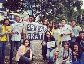"""Jovens promovem ação """"abraço grátis"""" no centro de Franca, no interior paulista"""