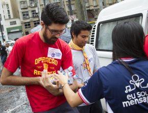 Nem mesmo a chuva atrapalhou a vontade dos jovens. 1.000 garrafas de água foram distribuídas.