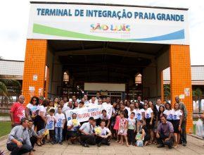 Grupo de jovens em ação social no terminal rodoviário.