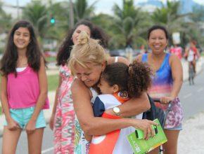 Duda distribuiu mais de 100 abraços em cerca de 3 horas. (Fotos: Fabiana Lopes)