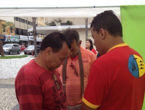 Em Barra Mansa os jovens da Igreja Adventista de Boa Sorte também se uniram para distribuir livros e folhetos, além de abraços e orações.