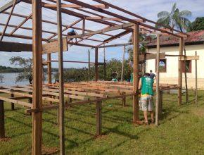 Além da distribuição de filtros, também foi feita a construção de uma casa de madeira e a pintura da clínica da ADRA.