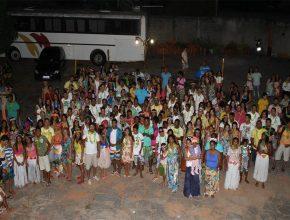 Jovens celebraram a data a noite com uma festa havaiana