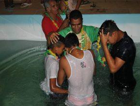 Um dos momentos marcantes foi o batismo de três adolescentes.