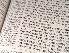 Para usar o banco é necessário conhecimento de Hebraico