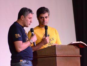 Tito e Leandro Quadros simularam o programa Na Mira da Verdade respondendo as dúvidas da platéia