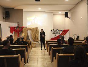 Mirian é contadora da ASP. Na Semana Santa ela ajuda no louvor, encenação e também já pregou em uma das noites.