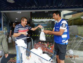 Os alimentos foram arrecadados em um supermercado na cidade de Olímpia. Foto: colaborador local