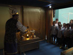 Os alunos aprenderam o significado de cada móvel pertencente ao Santuário