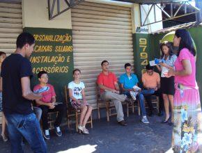 Adolescentes estudam a lição da Escola Sabatina ao ar livre. Foto: Karol Bianconi
