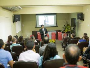 Líder do departamento para a União Centro-Oeste Brasileira (UCOB), o pastor Richard Figueredo fala aos colportores sobre as mudanças com a abertura do escritório.