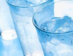 O consumo regular e diário ajuda na eliminação de toxinas através da urina e das fezes, permitindo que o organismo equilibre suas funções.