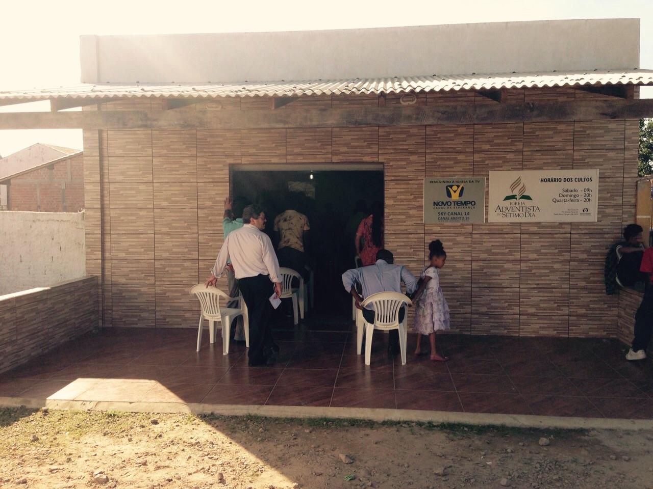 A casa de Vanessa e Valdinei fica nos fundos da igreja