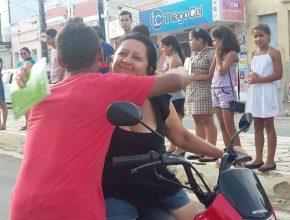 Nas ruas da cidde motociclistas paravam para receber abraço e literatura