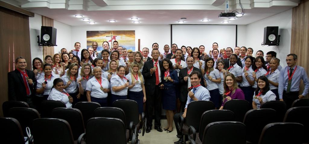 Funcionários da Sede administrativa da Igreja Adventista no norte do Maranhão recebem medalha dos 45 anos da Semana Santa.