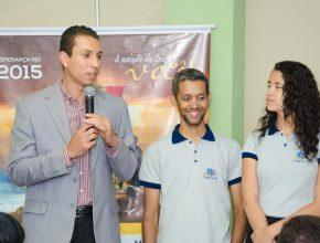 Pr. Leonardo Raimundo com os jovens na sede da Associação Rio Sul.