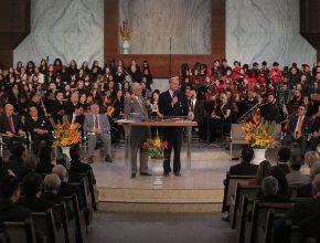 """""""100 anos e ainda estamos aqui"""", disse o pastor Ted Wilson durante a mensagem no culto"""