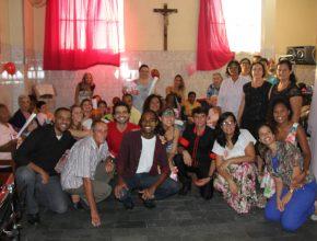 Cerca de 30  jovens se uniram para tornar o Dia das Mães especial em Olaria