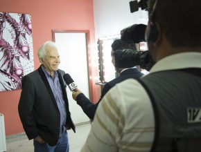 Cid Moreira dá entrevista para a TV Morena, filial da TV Globo.