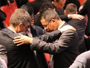 Antes do relatório da Secretaria e de outras informações os líderes oraram