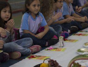 Crianças participam de piquenique com alimentos saudáveis e recebem livro Viva com Esperança. Foto: Thiago Santos