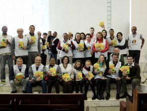 """Duplas missionárias visitaram os interessados e os presentearam com o livro """"Viva com Esperança""""."""