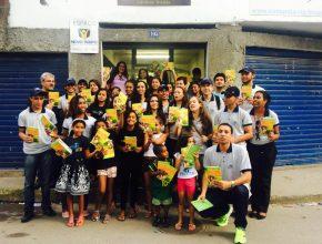 Jovens que participam do projeto Um Ano em Missão levam esperança aos moradores da Rocinha