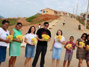 Entrega de livros, feita no bairro São Pedro em Governador Valadares