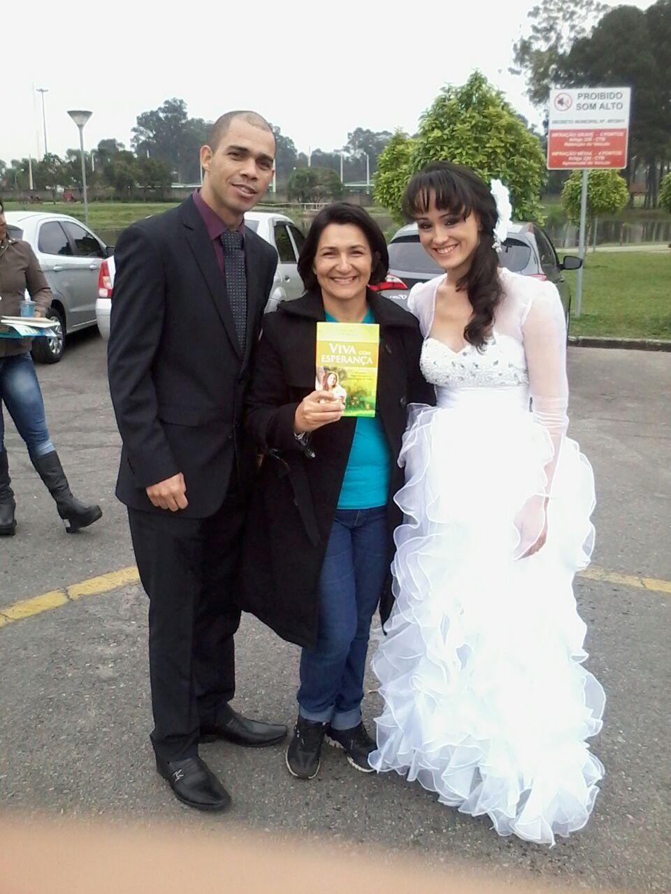Um casal de noivos também recebeu a literatura no parque.