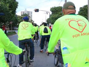 Ciclistas aproveitaram o gosto por pedalar para entregar livros a população.