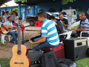 A musica suave em frente ao Hospital Municipal de Ji-Paraná, atraiu as pessoas para receberem a literatura.