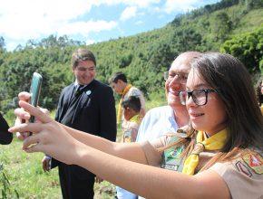 Desbravadora faz selfie com governador paulista