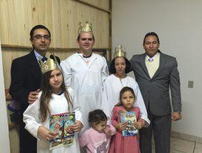 Família Ribargyki exibe exemplares da Nosso Amiguinho, primeiro contato deles com a IASD. Foto: Vadir Beckmann
