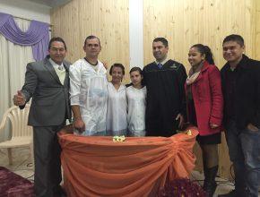 Os três membros da família optaram pelo batismo.