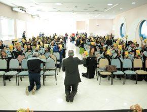 Servidores da área educacional reunidos no Centro de Treinamento, em Cotia.