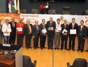 Líderes eclesiásticos e políticos com certificado da cerimônia plenária.