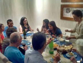 Após o estudo os amigos saboreiam um delicioso lanche preparado pela Suely Duarte (de pé).