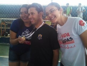 Participantes recebem medalhas pelo envolvimento no projeto e vitória nos torneiros