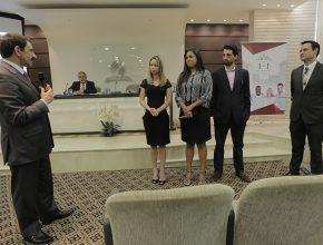 Pr. Domingos Sousa (esq.) conversa com Celme, Lóide e Jabs durante relatório do Pr. Odailson Fonseca (dir.) na Mesa Diretiva Plenária