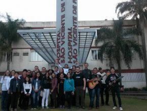 Jovens de cidade gaúcha dedicaram um tempo para ajudar os enfermos.  Foto: Rafael Brondani